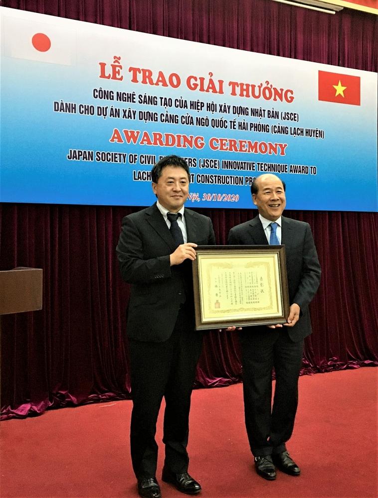 Ông SHIMIZU Akira, Trưởng Đại diện Văn phòng JICA Viêt Nam trao Chứng nhận Giải thưởng cho ông Nguyễn Văn Công, Thứ trưởng Bộ Giao thông vận tải.