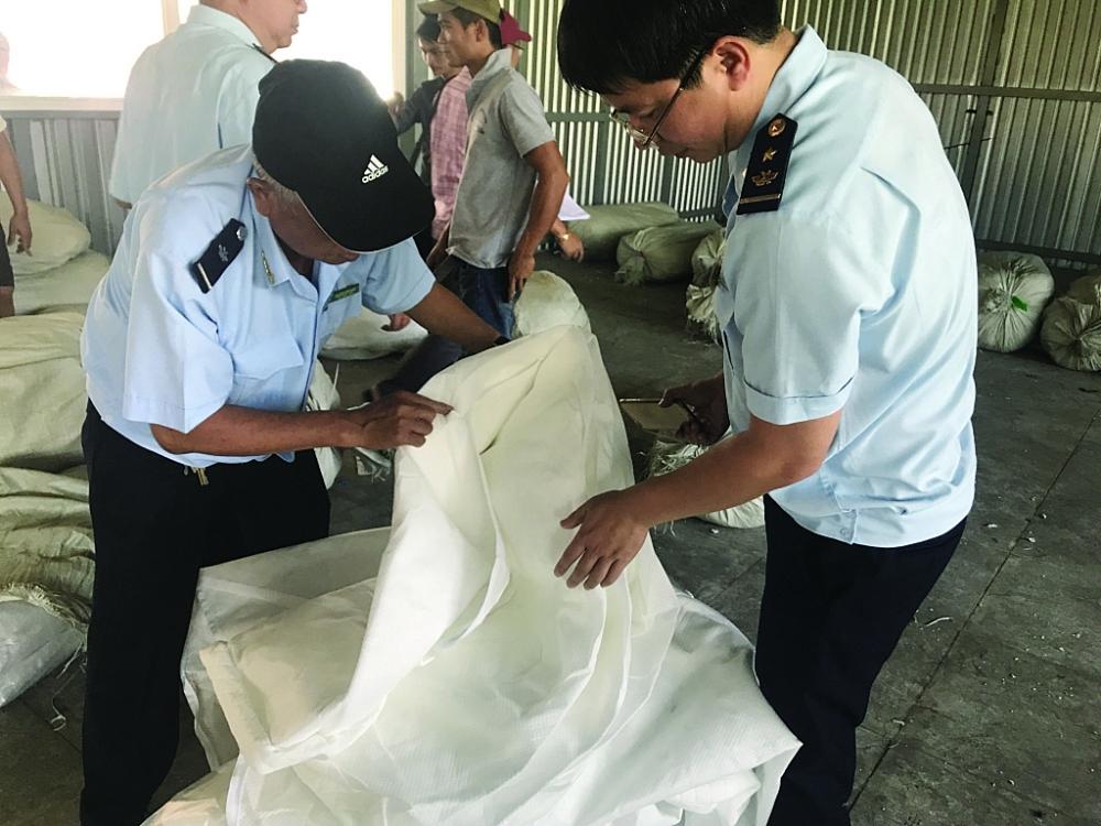 Công chức Hải quan cửa khẩu Hữu Nghị (Cục Hải quan Lạng Sơn) thay phiên trực tiếp nhận hồ sơ, hướng dẫn DN đưa phương tiện vào bến bãi. Ảnh: H.NỤ