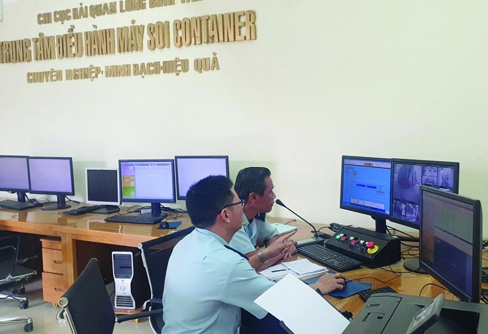 Công chức Hải quan TPHCM kiểm tra hàng hóa qua cảng Cát Lái. Ảnh: T.H