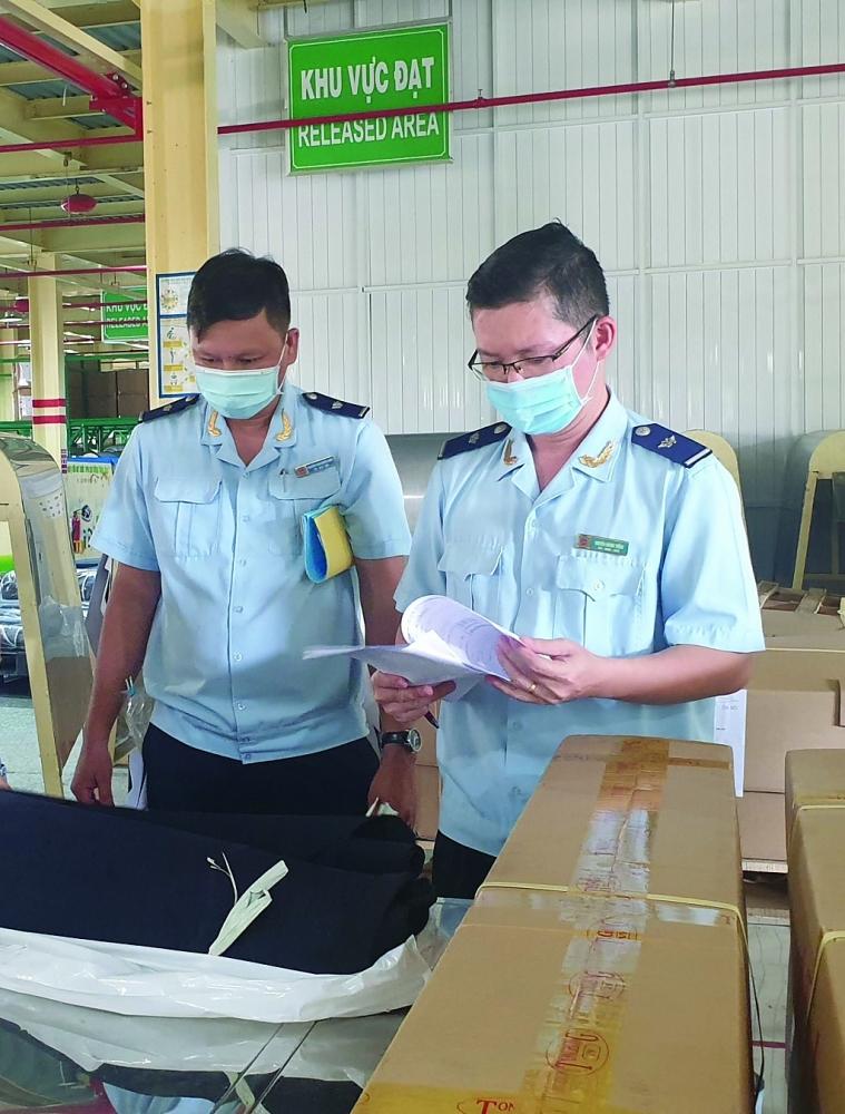 Công chức Hải quan Cần Thơ kiểm tra thực tế nguyên liệu NK nhanh chóng để DN kịp thời đưa vào sản xuất trong điều kiện dịch bệnh