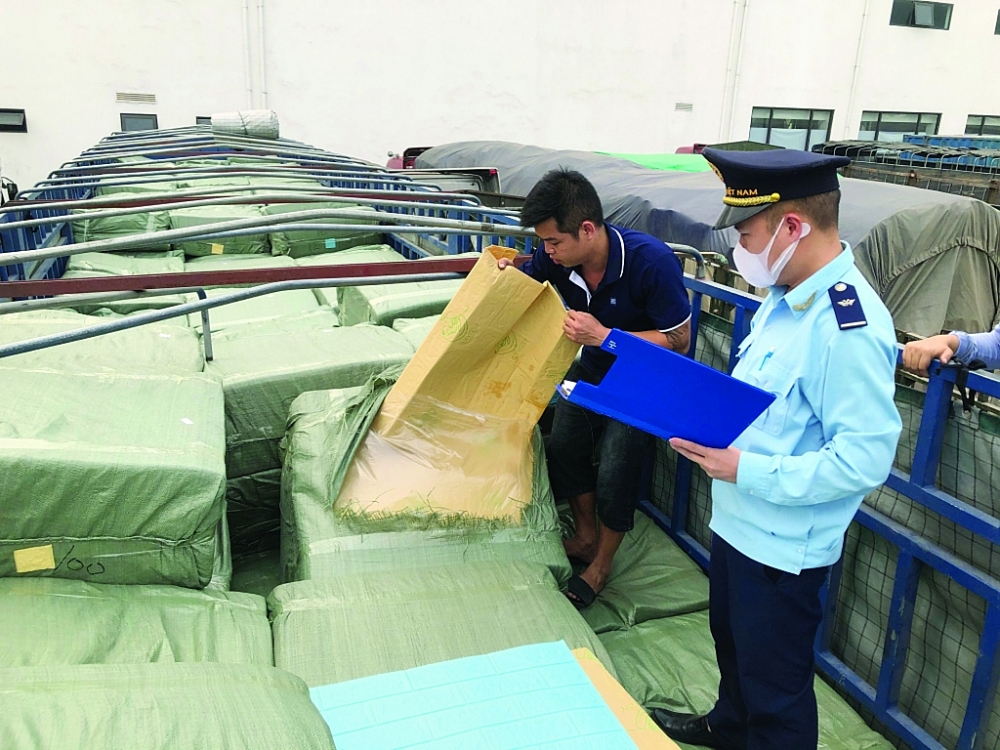 Công chức Hải quan Hữu Nghị kiểm tra thực tế hàng hóa tại bãi kiểm tra hàng hóa của Công ty CP Hữu Nghị Xuân Cương. Ảnh: H.Nụ