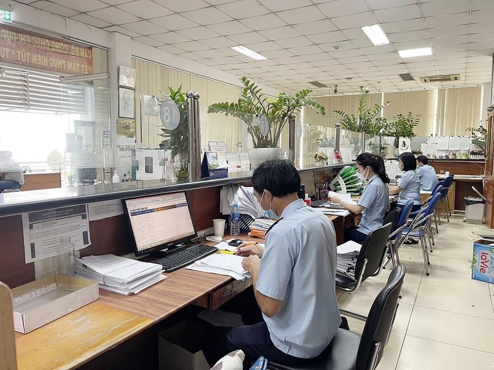Công chức hải quan cảng Sài Gòn KV1 (Cục Hải quan TPHCM) thông quan hàng hoá qua hệ thống điện tử cho DN Ảnh: T.H