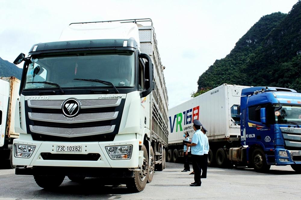 Công chức Chi cục Hải quan cửa khẩu Cha Lo (Cục Hải quan Quảng Bình) kiểm tra hàng hóa xuất nhập khẩu. Ảnh do Cục Hải quan Quảng Bình cung cấp.