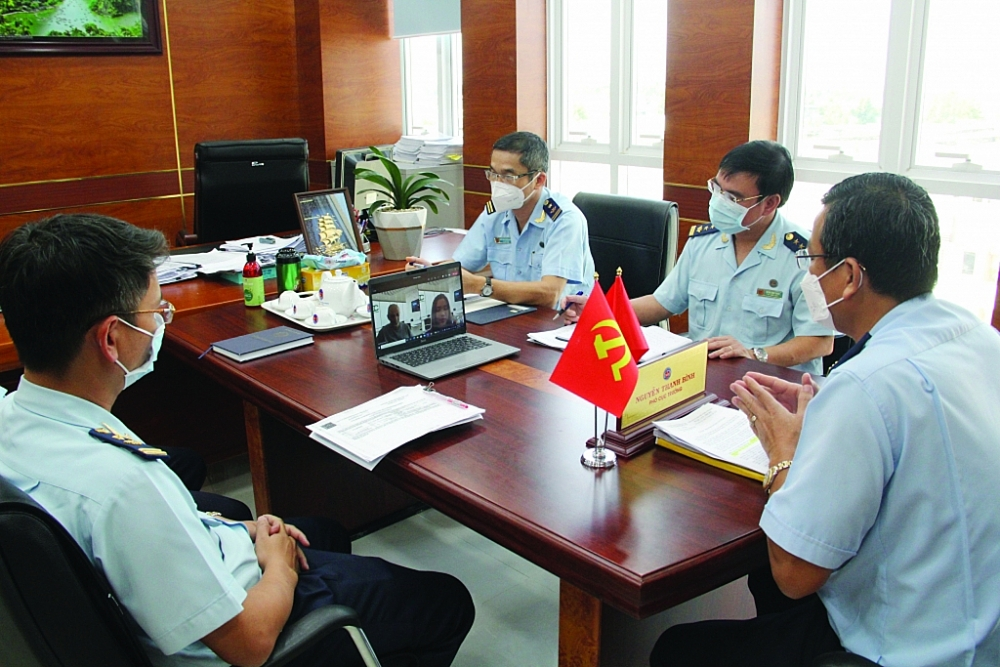 Lãnh đạo Cục Hải quan Bình Dương và các phòng ban tham mưu thực hiện tham vấn trực tuyến gỡ vướng về thủ tục hải quan cho Công ty TNHH Medochemie (Viễn Đông). Ảnh: Phi Vũ