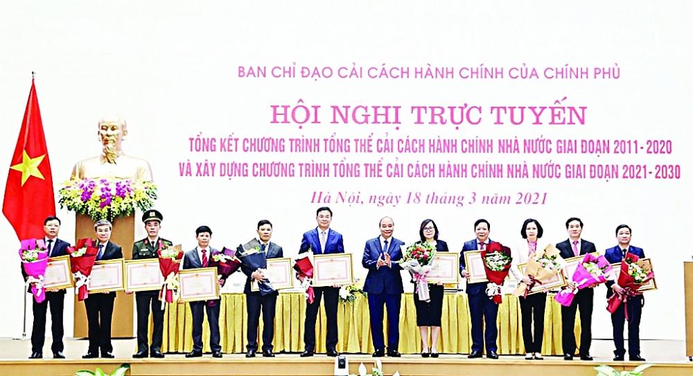 Hải quan Việt Nam vinh dự được nhận Bằng khen của Thủ tướng Chính phủ trao tặng vì có thành tích xuất sắc trong công tác cải cách hành chính nhà nước giai đoạn 2011 - 2020. (Phó Tổng cục trưởng Tổng cục Hải quan Nguyễn Dương Thái, đứng thứ 2 từ trái qua, đại diện Hải quan Việt Nam nhận Bằng khen).