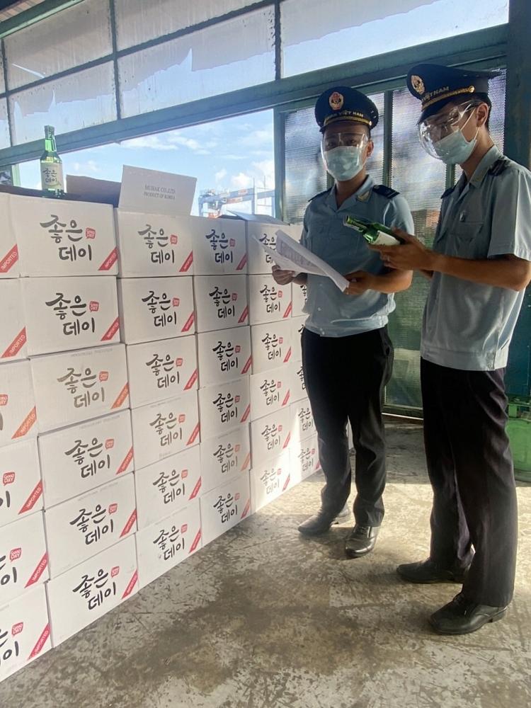 Công chức Chi cục Hải quan cửa khẩu cảng Sài Gòn KV1 kiểm tra hàng hóa nhập khẩu. Ảnh: L.Linh