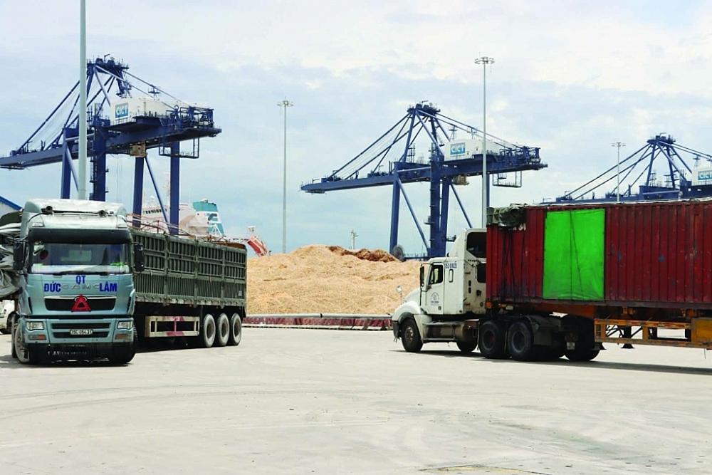 Hoạt động bốc dỡ mặt hàng dăm gỗ tại cảng Vũng Áng (Hà Tĩnh). Ảnh: Phan Trâm