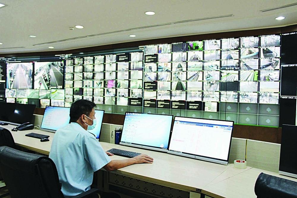 Hoạt động thông quan tại các cửa khẩu được giám sát chặt chẽ tại Trung tâm giám sát trực tuyến tại trụ sở Tổng cục Hải quan. Ảnh: H.Nụ