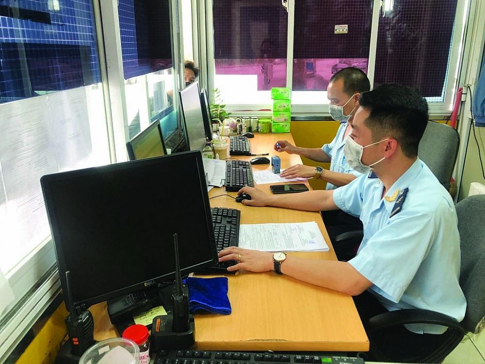 Công chức Hải quan Hữu Nghị (Cục Hải quan Lạng Sơn) tiếp nhận và hướng dẫn DN làm thủ tục đưa phương tiện vận chuyển hàng NK vào bến bãi. Ảnh: H.Nụ