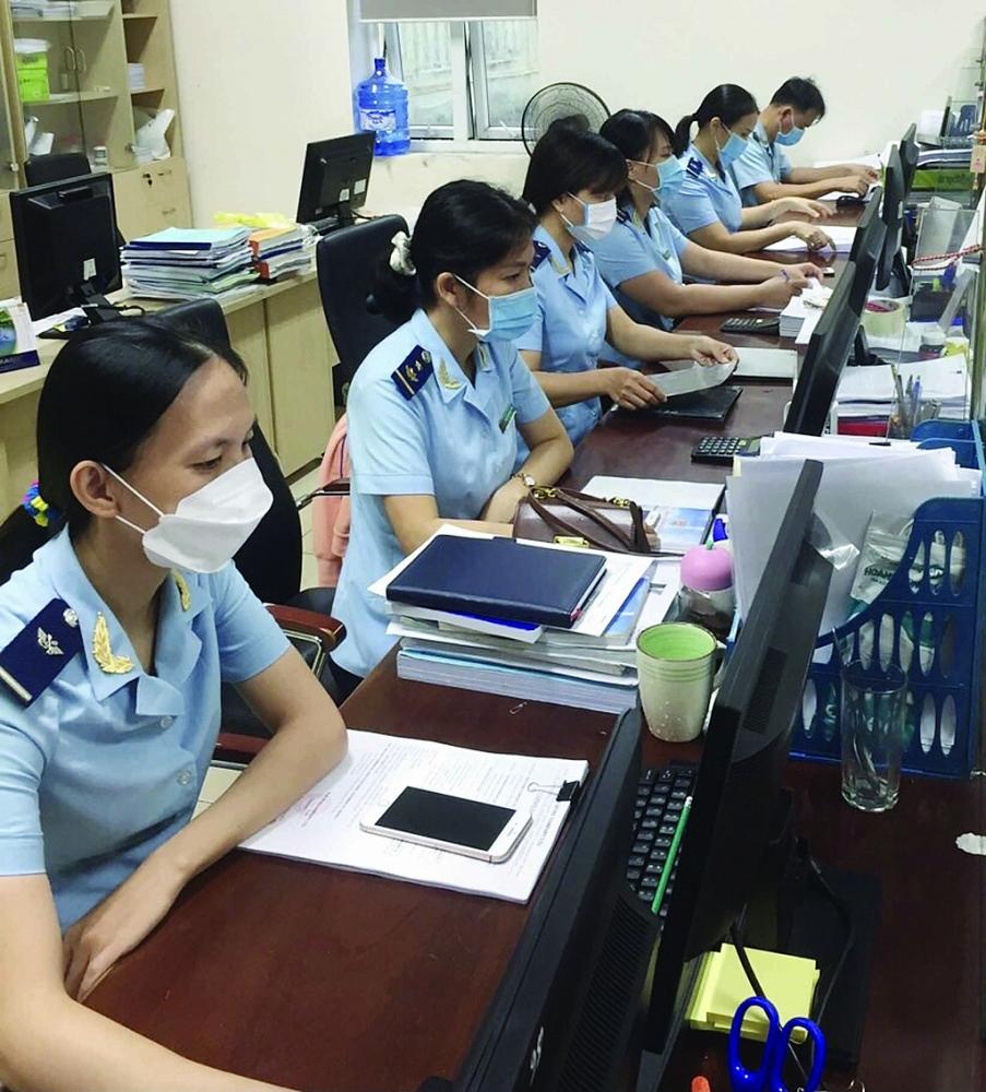 Công chức Hải quan Quảng Ngãi làm thủ tục thông quan hàng hóa. Ảnh: D.Đ