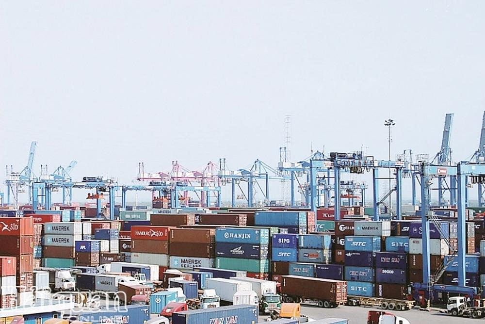 Hải quan TPHCM đang xử lý nhanh hàng tồn đọng tại cảng Cát Lái. Ảnh: T.H.