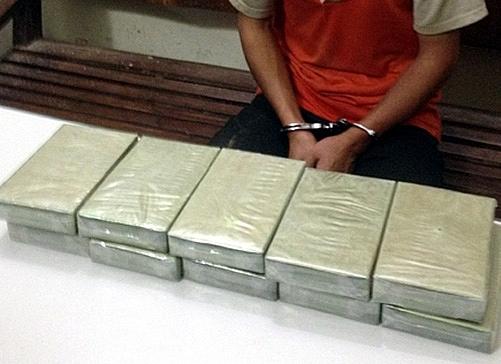 lao cai bat 2 doi tuong van chuyen 10 banh heroin