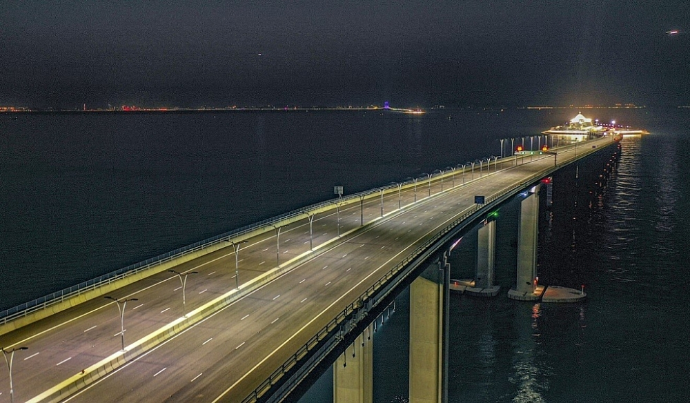 Các nghi phạm bị cáo buộc tội lợi dụng tuyến đường cầu vượt biển HongKong – Chu Hải – Macao để đưa tiền ra khỏi thành phố. Ảnh: Winson Wong