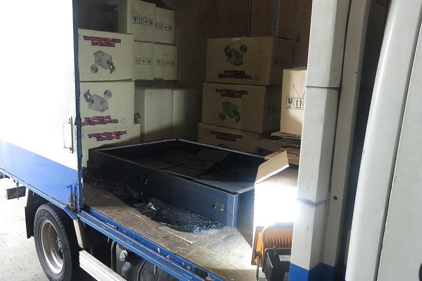 1,120 thùng thuốc lá lậu cất giấu trong xe tải tại khu bốc dỡ hàng hoá của một nhà máy nằm trong khu công nghiệp Woodlands. Ảnh: Hải quan Singapore