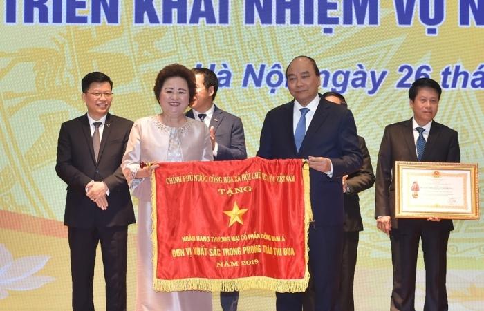 SeABank vinh dự đón nhận Cờ thi đua của Chính phủ