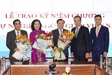 """Lãnh đạo Bộ Tài chính nhận kỷ niệm chương """"Vì sự nghiệp ngoại giao Việt Nam"""""""