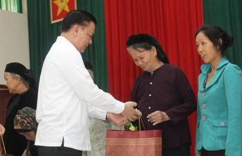 Bộ trưởng Bộ Tài chính thăm, tặng quà gia đình chính sách tại Chi Lăng