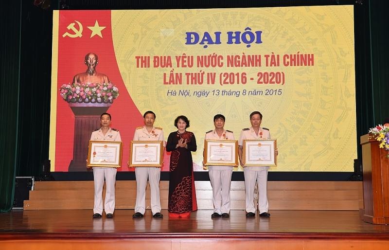 nganh tai chinh kip thoi ton vinh khen thuong de tao dong luc phan dau cho can bo cong chuc