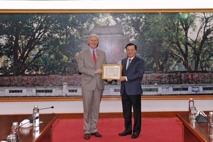 Trao tặng Kỷ niệm chương ngành Tài chính cho Giám đốc quốc gia ADB tại Việt Nam