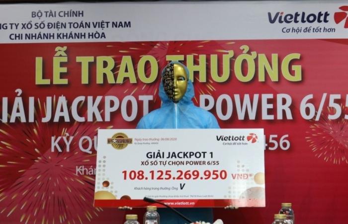 Mùa Covid, chủ nhân giải jackpot 108 tỷ đồng mặc đồ bảo hộ đi lĩnh thưởng