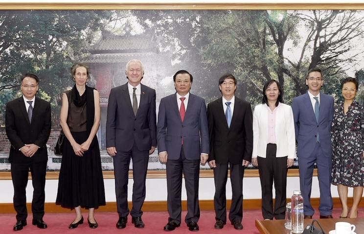 Bộ trưởng Đinh Tiến Dũng tiếp tân Đại sứ Thụy Sĩ tại Việt Nam