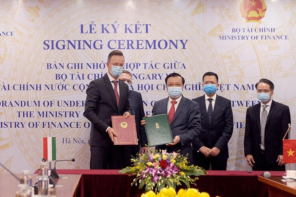 Bộ trưởng hai bên ký kết Biên bản.