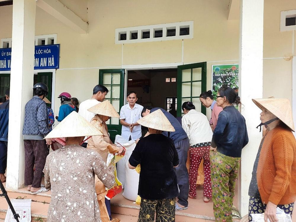 Nhân dân xã Lộc Hà huyện Phú Lộc THừa Thiên Huế phấn khởi hạnh phúc khi nhận được gạo cứu trợ của Chính phủ.