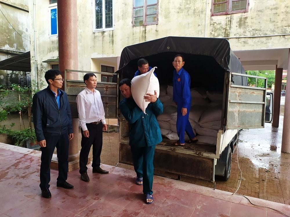 Kiểm tra công tác tiếp nhận gạo hỗ trợ tại UBND phường Đại Nài - TP. Hà Tĩnh.