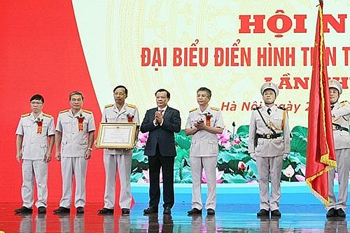 Thừa ủy quyền của Chủ tịch nước, Bộ trưởng Đinh Tiến Dũng đã trao Huân chương Lao động hạng Nhất cho tập thể lãnh đạo Tổng cục Hải quan tại Hội nghị Đại biểu điển hình tiên tiến ngành Hải quan (8/2020).