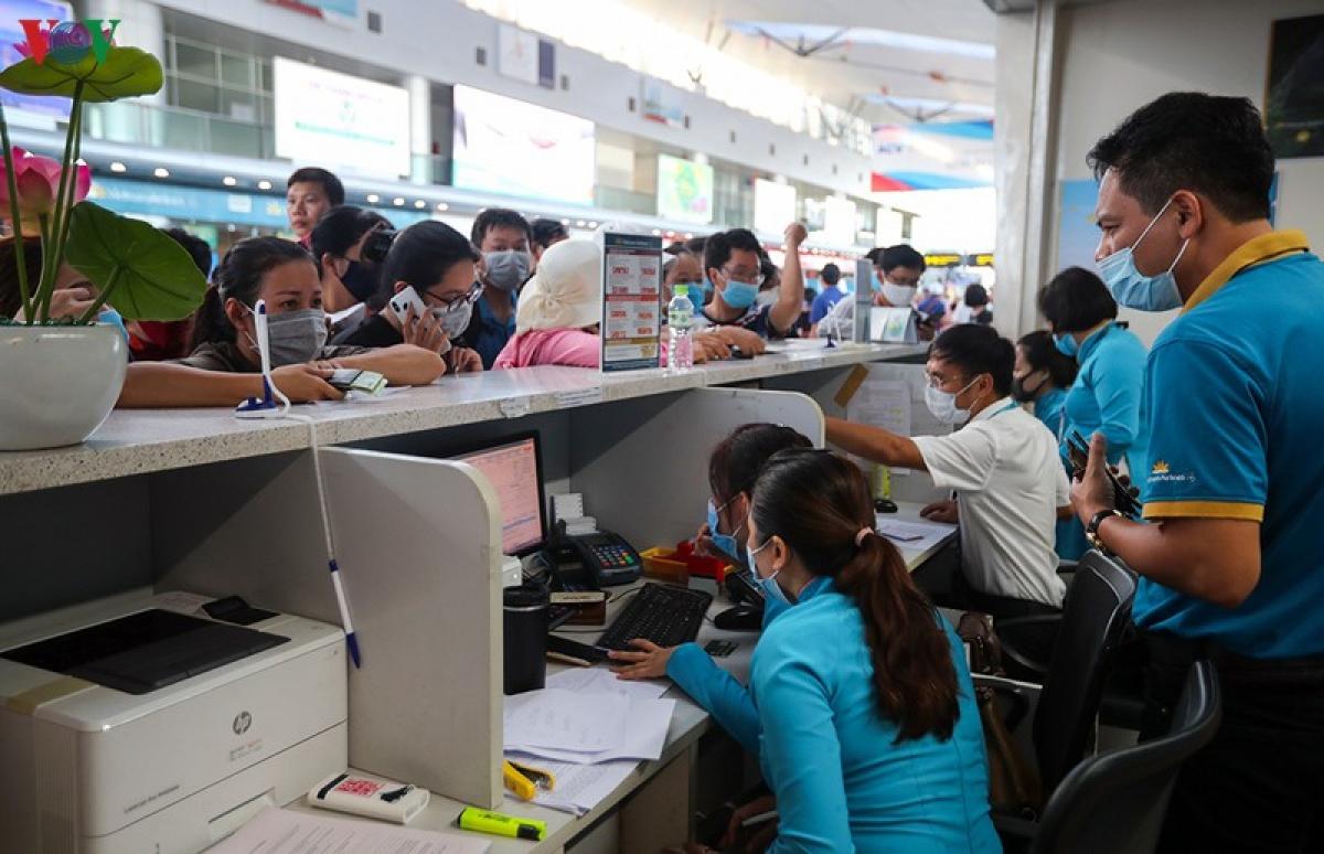 Vietnam Airlines khuyến cáo hành khách chủ động đến sân bay trước giờ khởi hành dự kiến ít nhất hai tiếng để hoàn thành thủ tục hàng không. Đặc biệt là phải khai báo y tế về phòng chống Covid-19.