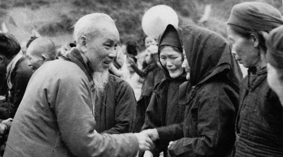 Bác thăm lại Pác Bó năm 1961 (Ảnh tư liệu)