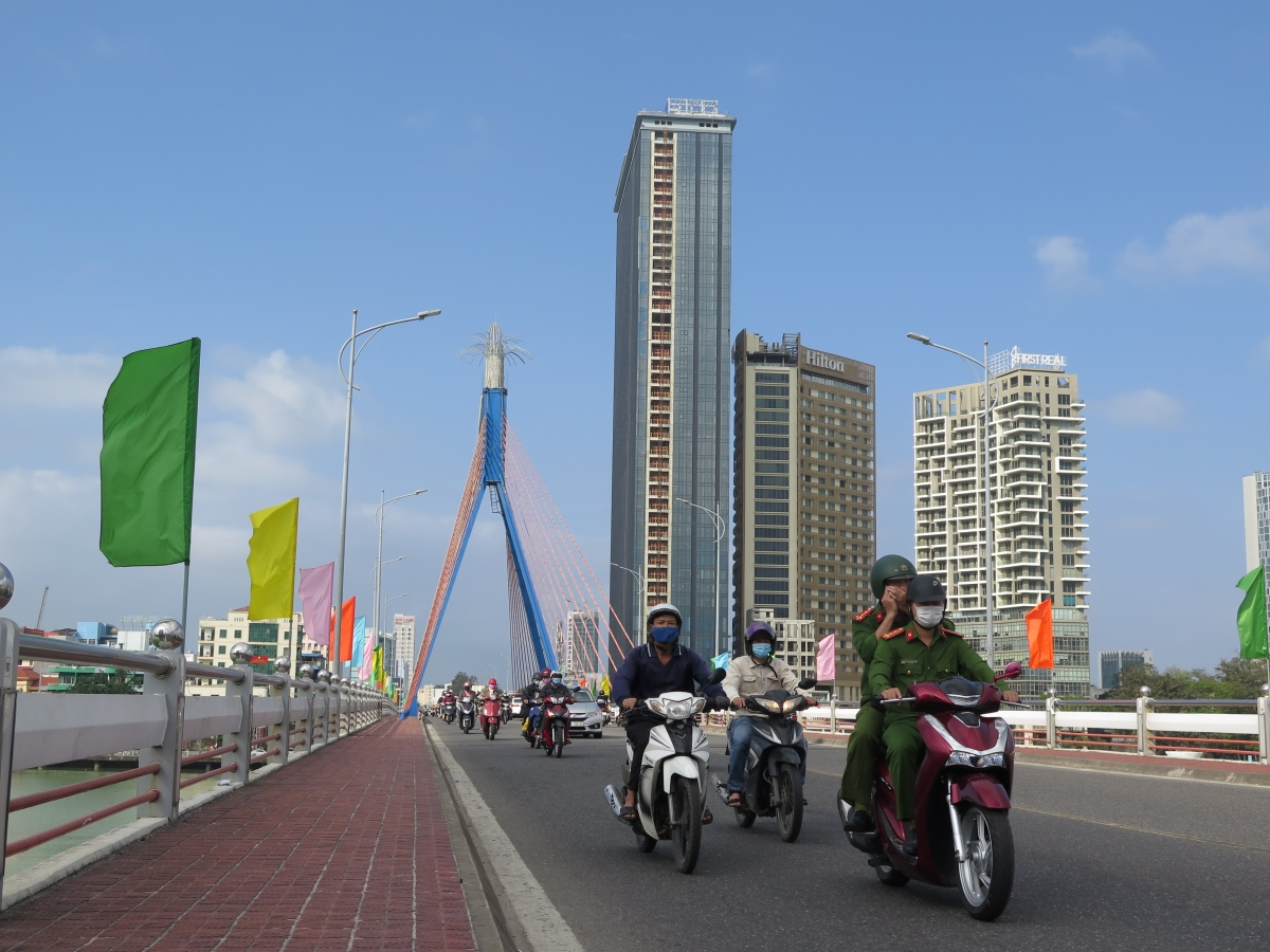 Cầu Sông Hàn thành phố Đà Nẵng rực rỡ cờ phướn chào mừng Đại hội Đảng lần thứ XIII thành công.