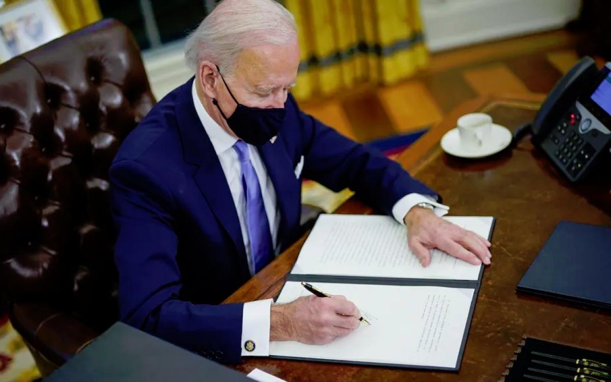 Tổng thống Mỹ Biden ký một số sắc lệnh đảo ngược chính sách của cựu Tổng thống Trump. Ảnh: Washington Post.
