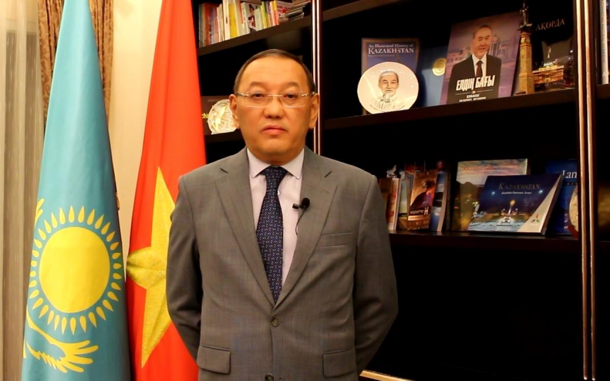 Đại sứ Kazakhstan Baizhanov phát biểu về Việt Nam, trong một clip gửi riêng cho Báo điện tử VOV vào tháng 2/2021. Trong ảnh, trên kệ sách có hình ảnh lãnh tụ Hồ Chí Minh và vị Tổng thống đầu tiên của Kazakhstan, Nazarbayev.