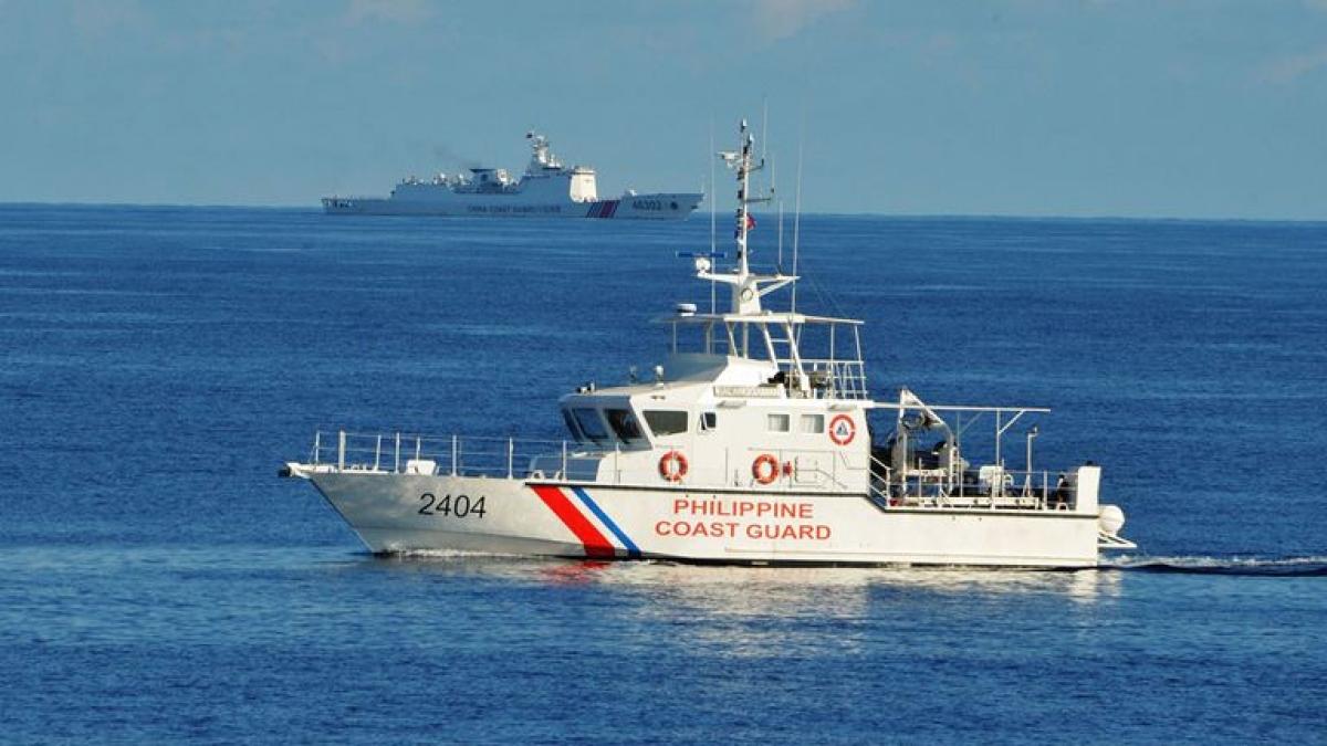 Tàu tuần duyên Philippines (trước) và tàu hải cảnh Trung Quốc gần bãi cạn Scarborough năm 2019 (Nguồn: AFP)