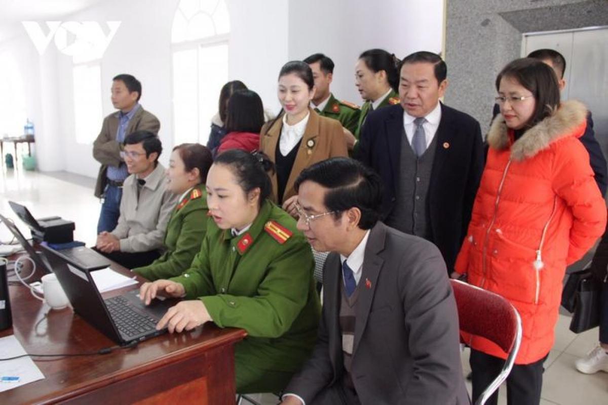 Cán bộ thu thập thông tin, cấp CCCD gắn chíp ở Sơn La (Ảnh: VOV- Tây Bắc)