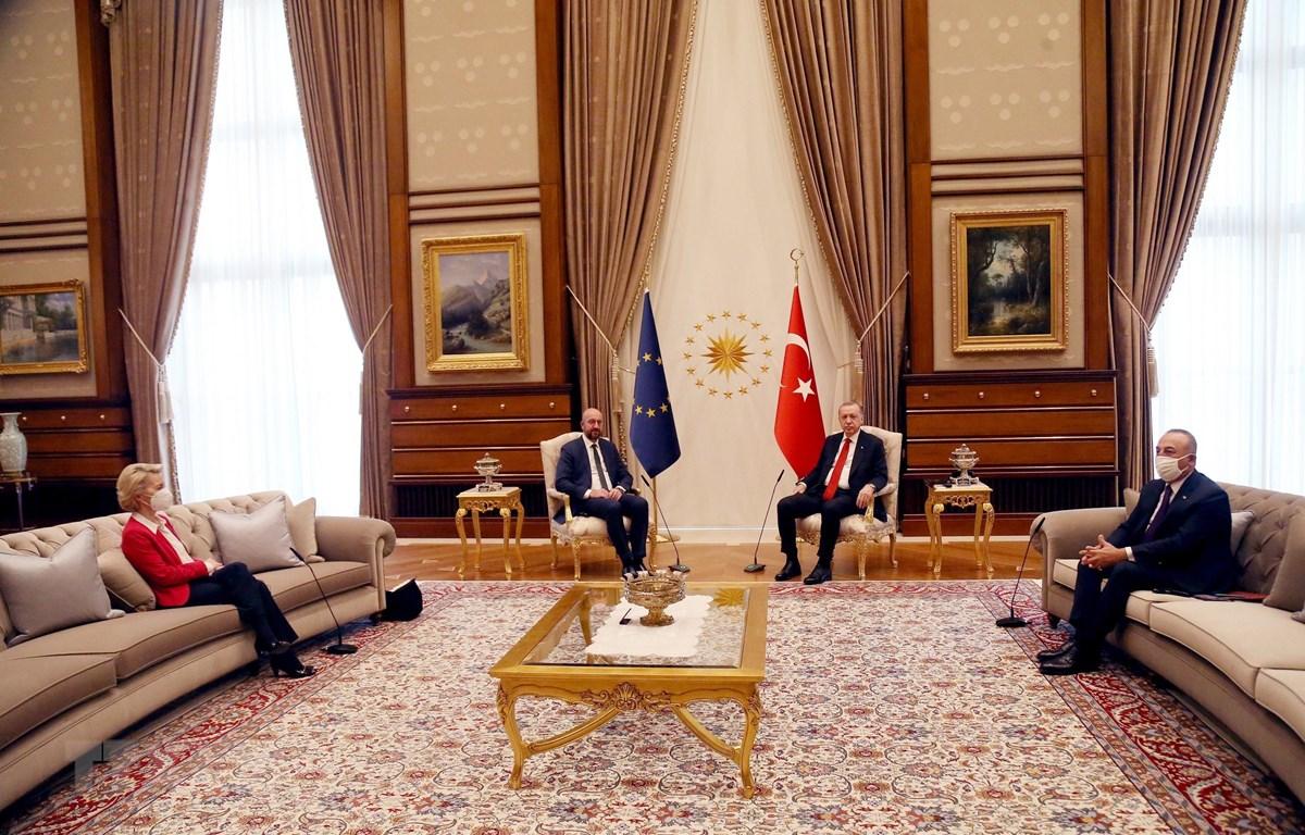 Chủ tịch Ủy ban châu Âu, bà Ursula von der Leyen ngồi trên ghế sofa trong cuộc hội đàm với Tổng thống Thổ Nhĩ Kỳ Recep Tayyip Erdogan ngày 6/4. (Nguồn: THX/TTXVN)