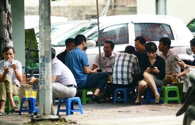 """Dịch Covid-19 phức tạp, nhiều người Hà Nội """"vô tư"""" tụ tập không khẩu trang"""