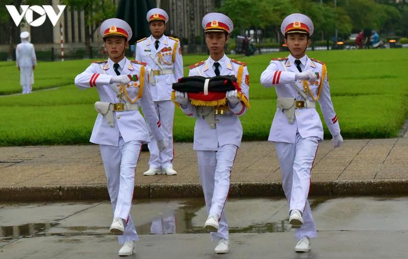 anh: nghi le treo co ru quoc tang nguyen tong bi thu le kha phieu tai ha noi hinh 3
