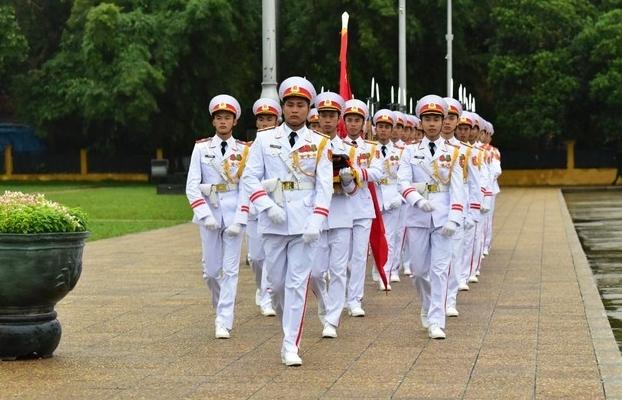 Ảnh: Nghi lễ treo cờ rủ Quốc tang nguyên Tổng Bí thư Lê Khả Phiêu tại Hà Nội