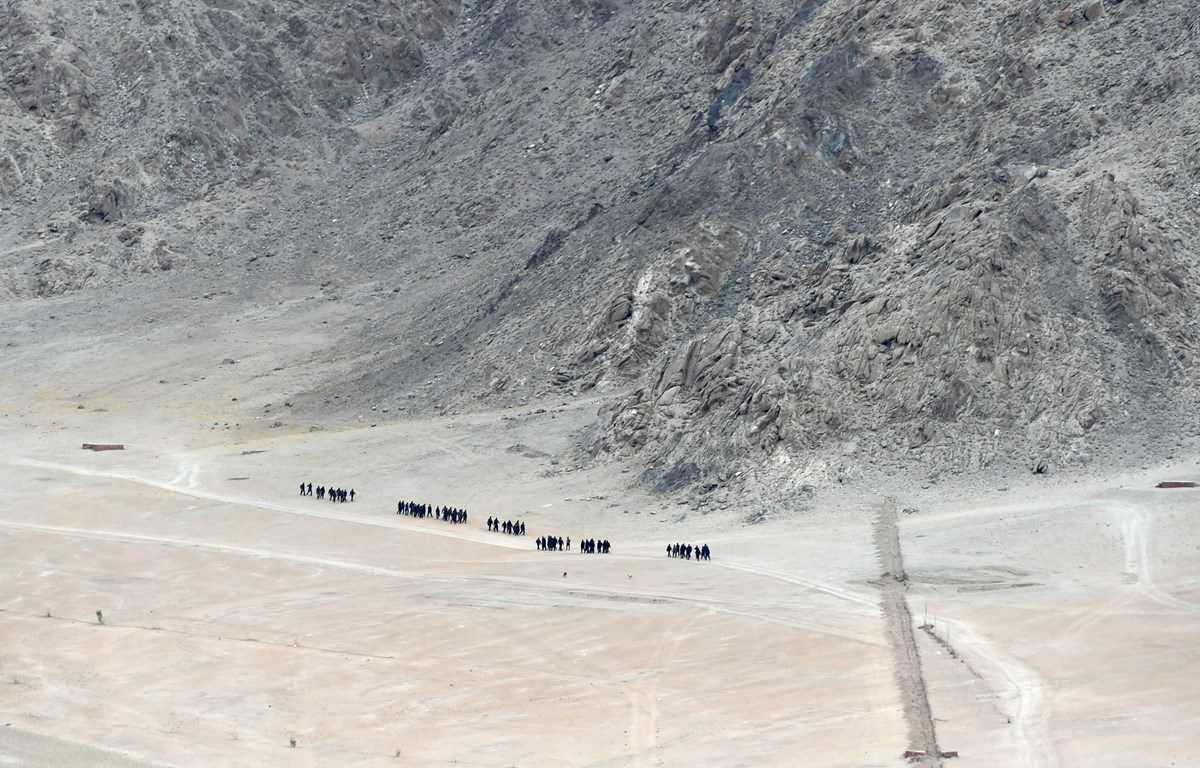 Binh sỹ Ấn Độ tuần tra gần Leh, thủ phủ khu vực Ladakh, biên giới giữa Ấn Độ và Trung Quốc ngày 24/6/2020. (Ảnh: AFP/TTXVN)