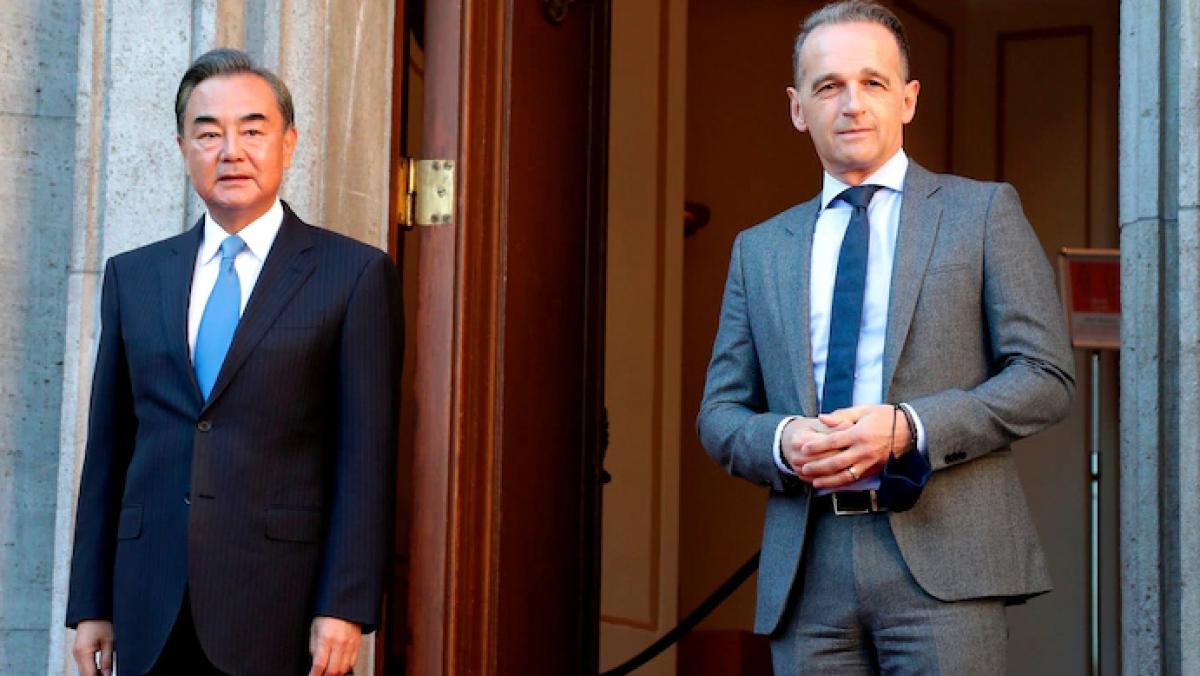 Ngoại trưởng Trung Quốc Vương Nghị (trái) và Ngoại trưởng Đức Heiko Maas. Ảnh: AFP