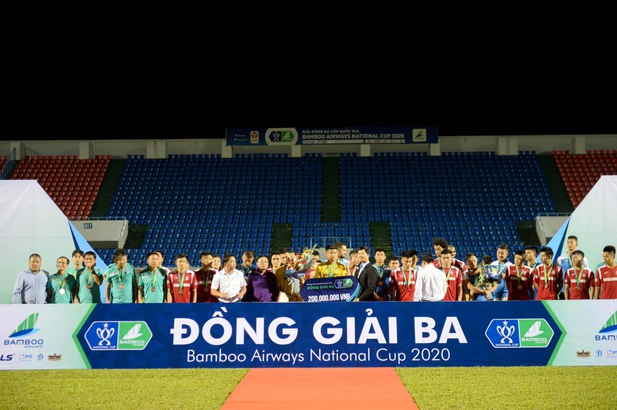 Than Quảng Ninh được trao giải ba ngay sau trận đấu. (Ảnh: Minh Hoàng)