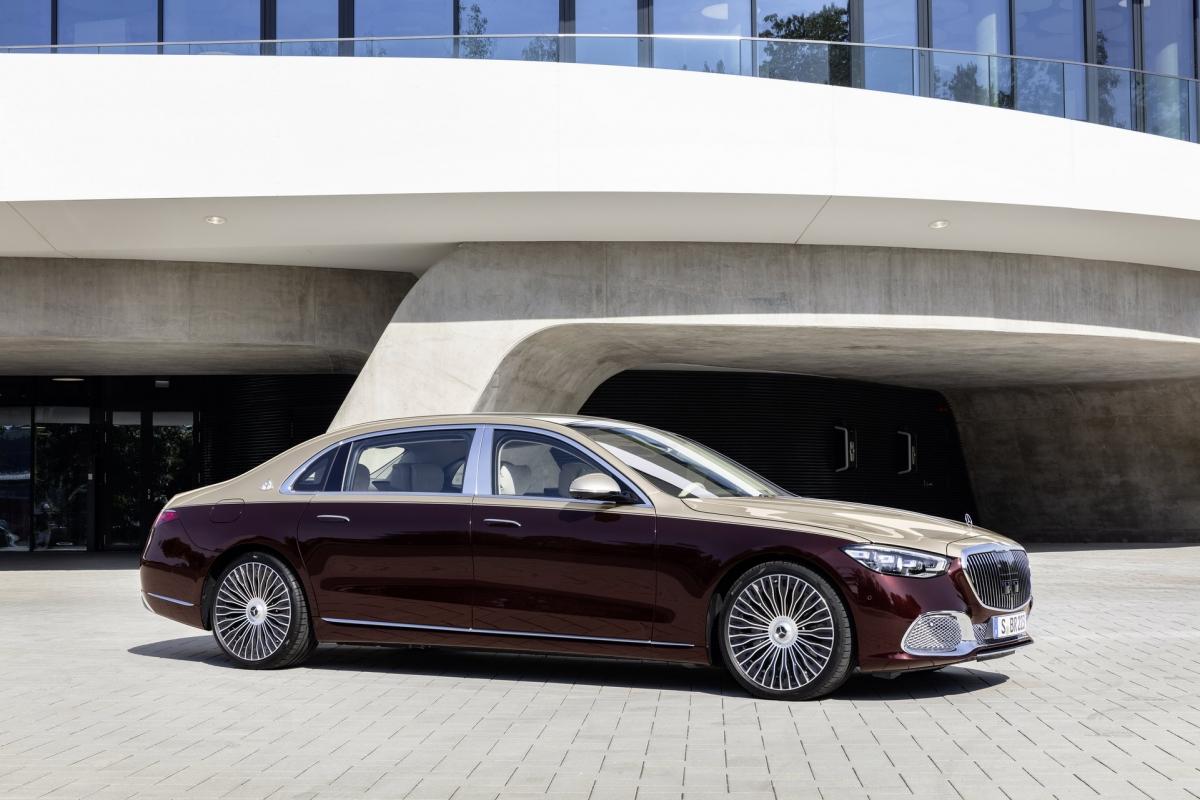 """Chiếc Mercedes-Maybach S-Class mới có chiều dài cơ sở lớn hơn 18 cm, ở mức 3.396 mm đem lại một không gian rộng rãi hơn cho hàng ghế sau so với phiên bản trước. Xe còn mang đến một hệ thống """"bù tiếng ồn chủ động). Hệ thống này tạo ra âm thanh ngược tần số với tiếng ồn nhằm triệt tiêu chúng trước khi truyền lọt vào trong cabin."""