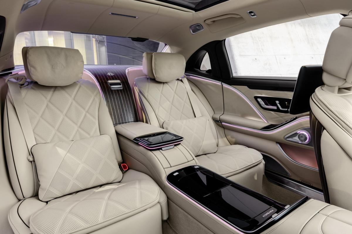 Mỗi chiếc Maybach S-Class sẽ được trang bị ghế Executive kép với tính năng mát xa cho bắp chân và gói trang bị Chauffer tiêu chuẩn. Hàng ghế sau thậm chí có thể điều chỉnh mặt ghế, tựa lưng và chỗ để chân để tạo ra một chỗ ngủ thoải mái.