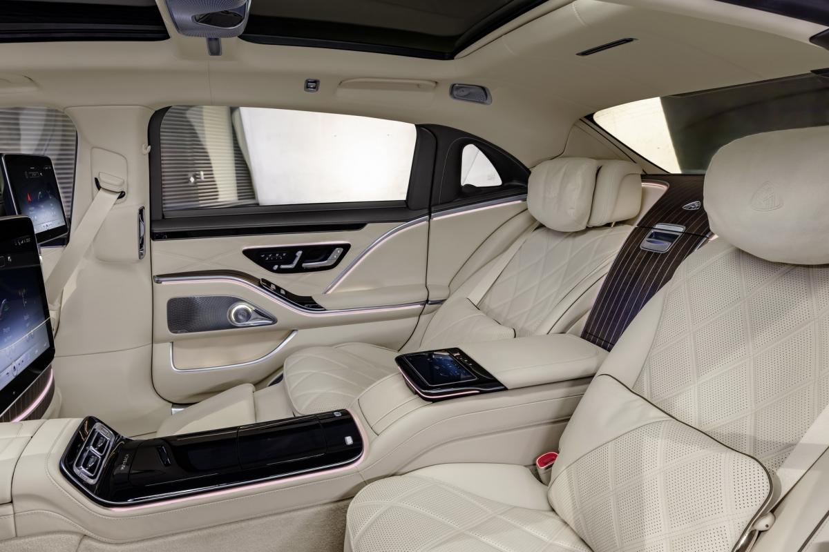 Xe cũng được bổ sung hệ thống MBUX Interior Assist cho phép người ngồi sau điều khiển đèn đọc sáng và rèm che nắng bằng cử chỉ. Thậm chí phát hiện khi hành khách ngồi sau di chuyển vào khu vực bóng tối, đèn sẽ tự động bật để giúp họ quan sát tốt hơn.