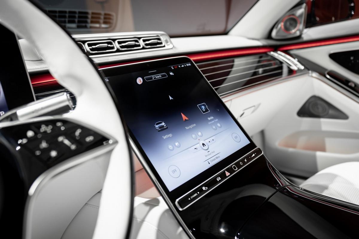 Mercedes-Maybach S-Class mới cũng sở hữu hệ thống hỗ trợ người lái Level 3, cho phép người lái bỏ tay khỏi vô lăng trong những tình huống như tắc đường hoặc đường cao tốc khi hệ thống này trở nên hợp pháp từ nửa cuối năm 2021.