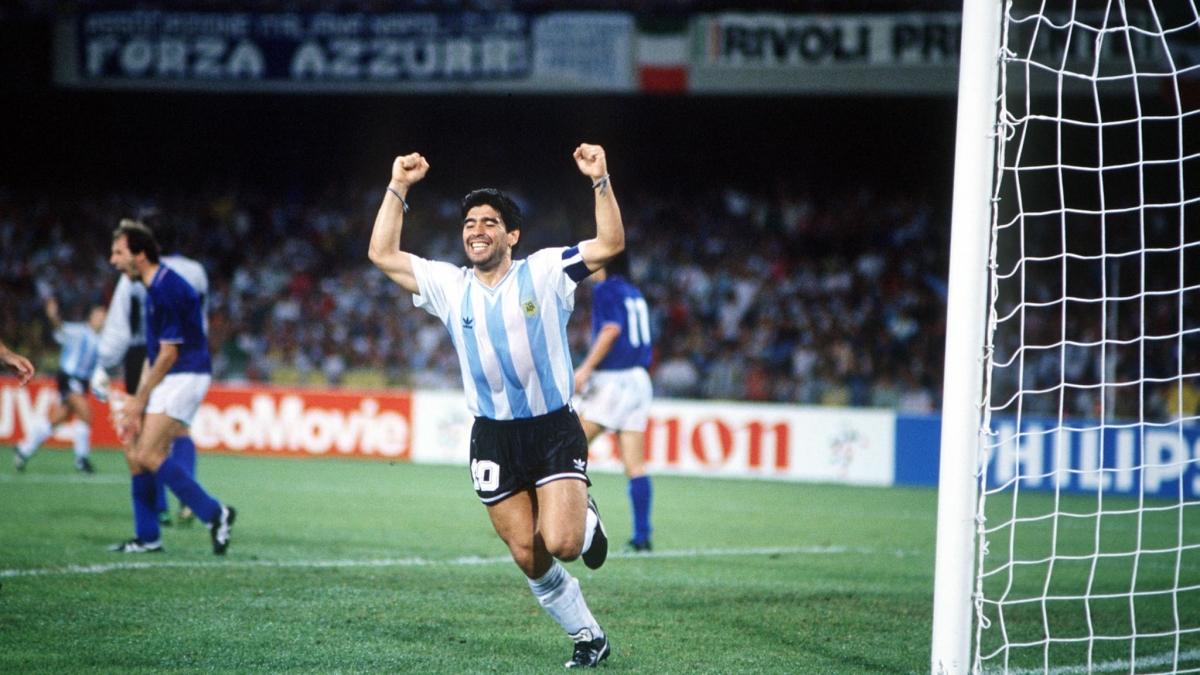 Maradona ăn mừng khi cùng Argentina loại Italia ở bán kết World Cup 1990. (Ảnh: Getty)