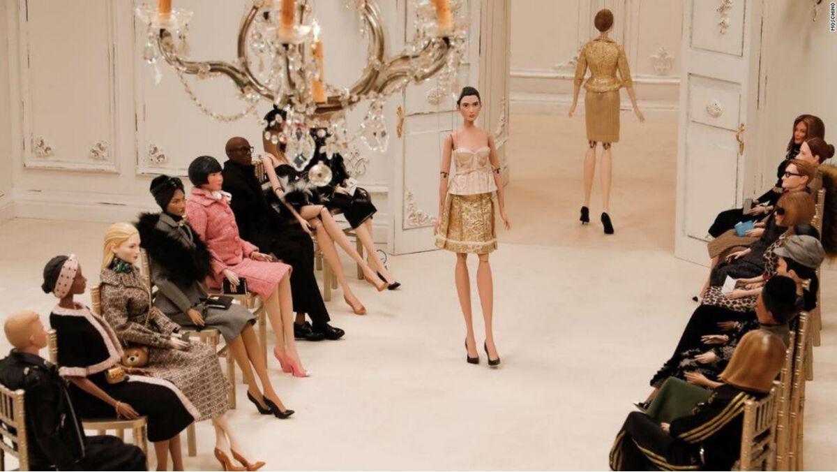 Moschino khiến giới mộ điệu ngỡ ngàng khi giới thiệu bộ sưu tập với người mẫu và khách mời là búp bê.